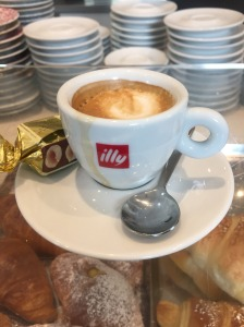 Caffé macchiato con un ciocolato